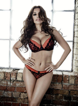 Kelly Brook's amazing cleavage