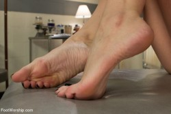 Pretty bare feet that need to be kissed