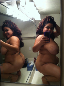 Big hot curvy Latina snaps a nudie
