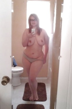 Big titted BBW snaps a selfie