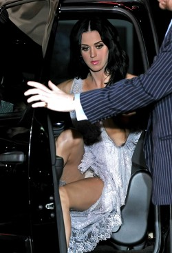 Katy Perry has another public upskirt