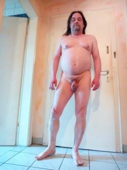 Schamlos nackt zeigen Pimmelchen mit Sackwolle.