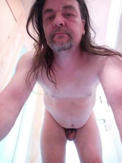 Oliver Kaufmann nackt und hält schamlos den Schrumpfpimmel in die Kamera.
