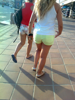 Plump public ass in tiny yellow shorts