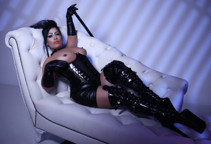 BDSM Latex Dominatrix Video Chat for Alpha and Beta Males
