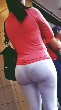 Hot fat ass with VPL in white leggings,