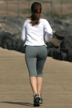 Jogging milf in yoga pants (VPL)