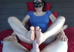 Masked MILF Camilla gives great footjobs