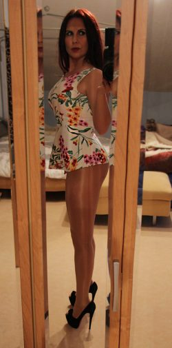 Slutty amateur wife selfie in nylons and high heels