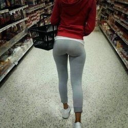 Tiny bubble booty in leggings spotted at the grocery store – Leggings pics