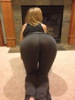 Nuzzling her ass when in yoga pants and leggings