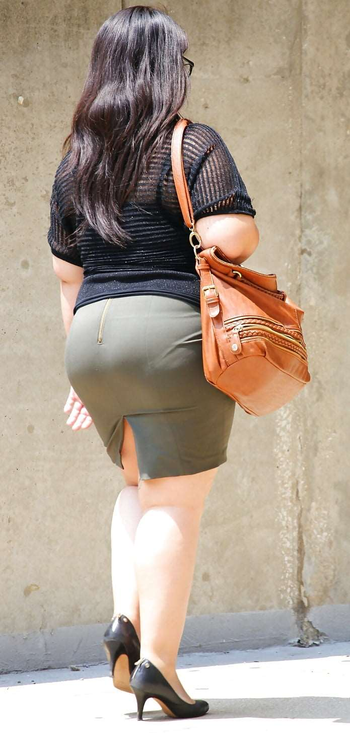 Fat Chicks VPL in Tight Skirt