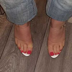 pink toes, pleasers and boyfriend jeans