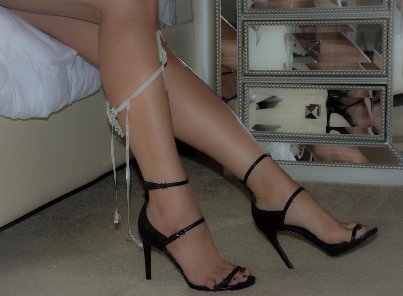 Watch me show off my feet like a good foot slave