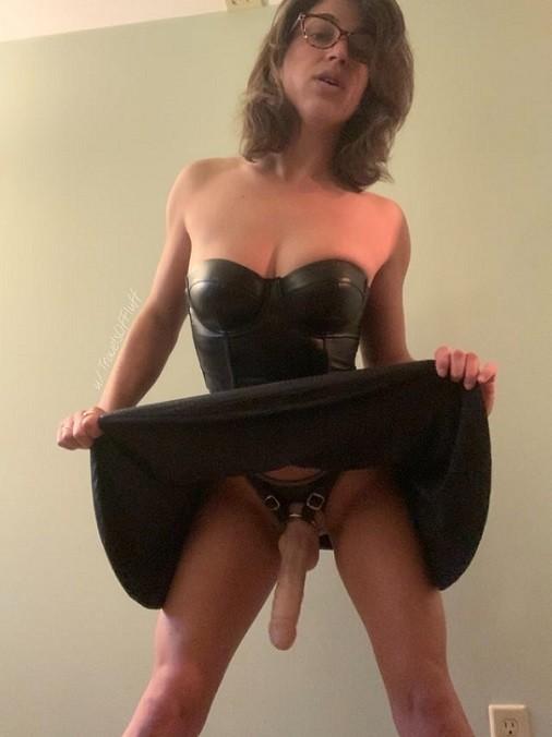 Strapon dominatrix awaits