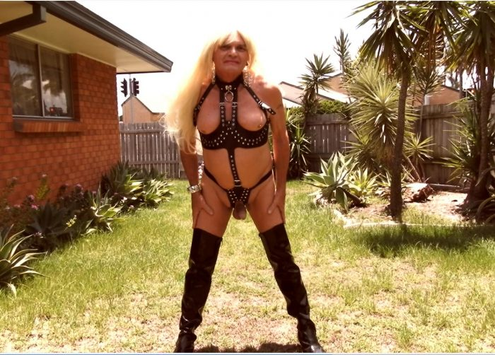 sissyslutbecky in her kinky leather